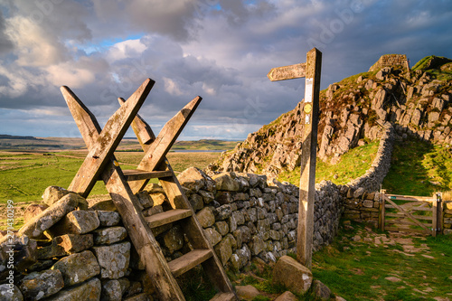 Carta da parati Pennine Way Style and Sign Post at Hadrian's Wall, a UNESCO World Heritage Site in the beautiful Northumberland National Park