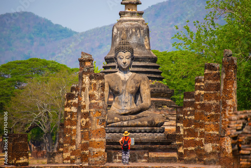 Cuadros en Lienzo Sukhothai historical park with Asian traveller walking on the temple, this image