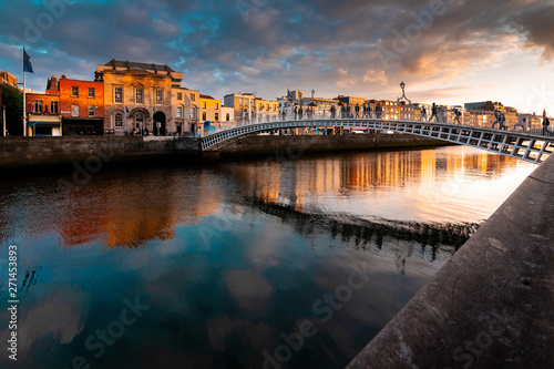 Photo Ha'penny Bridge is over river  Liffey  in sunset, Dublin, Ireland
