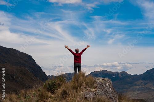 Mujer en la cima de una montaña, con brazos elevados de positiva Wallpaper Mural
