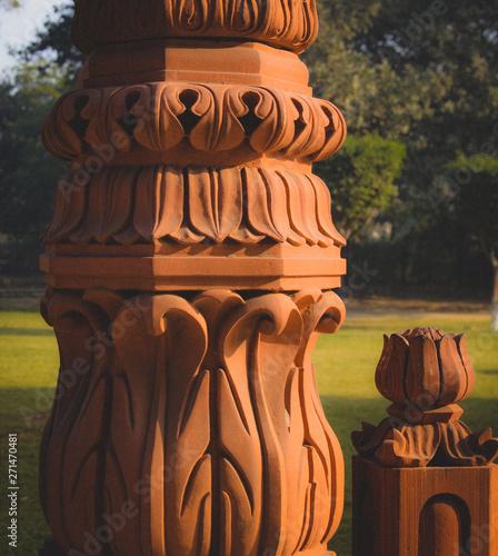 Foto op Plexiglas Historisch geb. art statue in garden