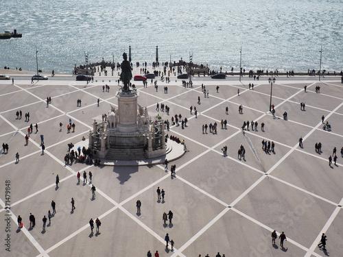 Foto op Plexiglas Historisch geb. people near statue