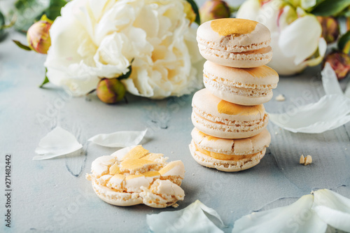 Foto op Canvas Macarons macarons and white peony flowers on wooden surface