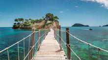 Petit Pont De Bois Reliant Une île Déserte En Vacances