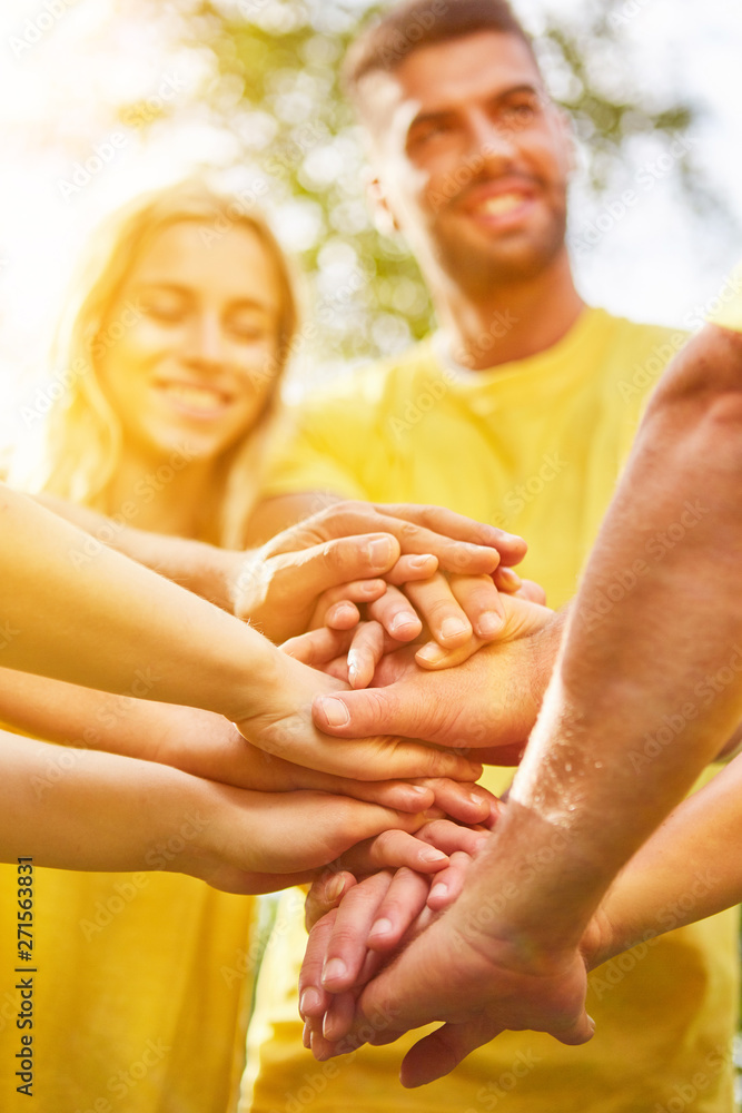 Fototapeta Gruppe stapelt Hände zur Motivation als Team