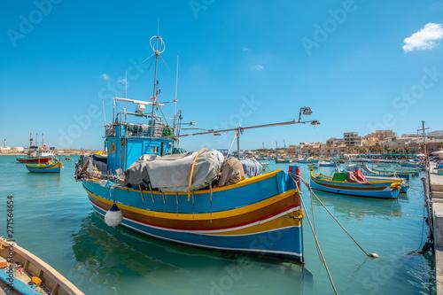 Fotografiet Marsaxlokk, Malta - Colourful fishing boats in Marsaxlokk