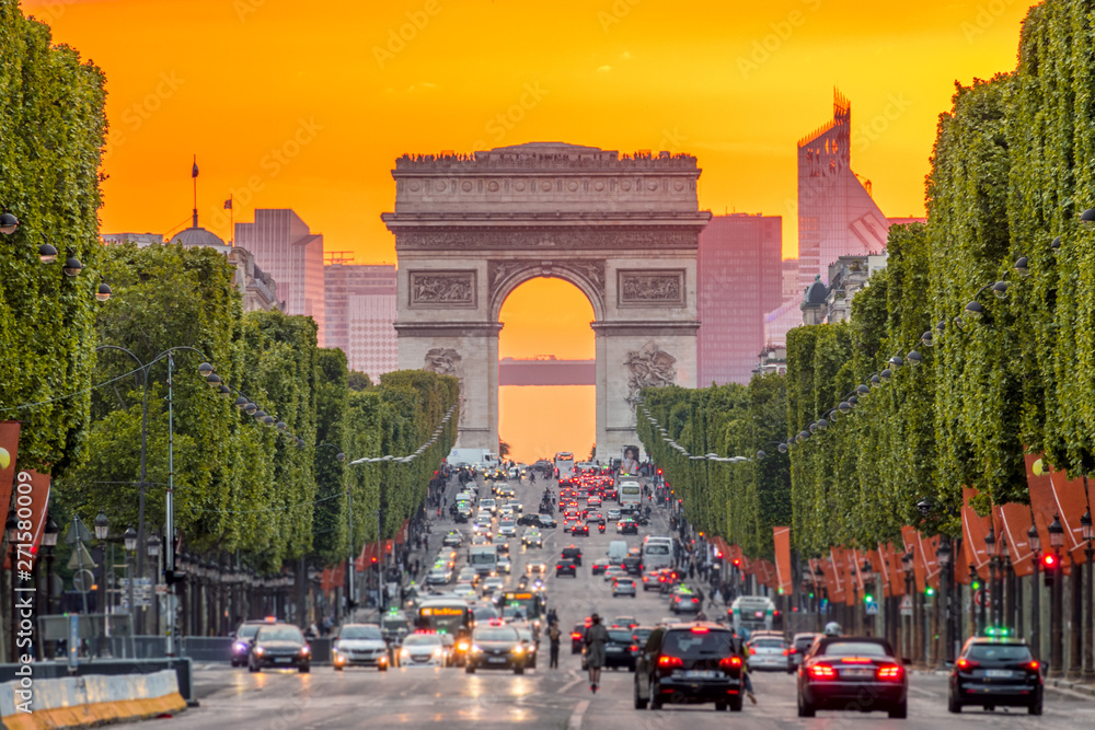 Fototapety, obrazy: Champs Elysees and the Arc de Triomphe During a Golden Sunset