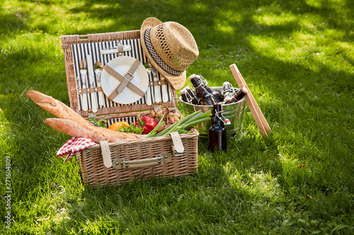 Poster Pierre, Sable Vintage style summer picnic in a wicker basket