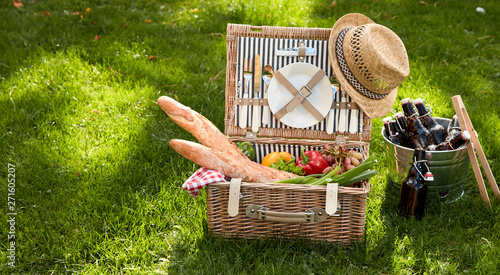 Poster Pierre, Sable Picnic basket filled with several foodstuffs