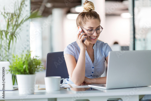 Fototapeta Young business woman working on laptop in office obraz