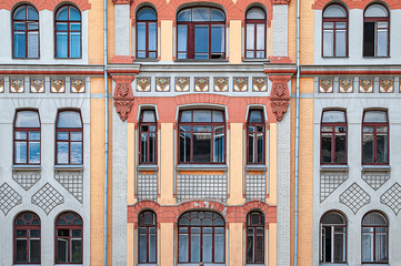 Panel Szklany Architektura Many windows and a balcony on the facade of the old building.