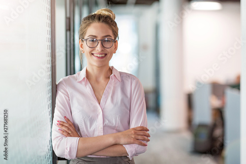 Fotografía  Portrait of a young business woman in an office