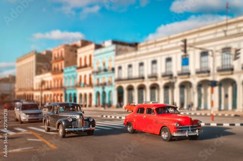 Poster de jardin Havana Old cars and colorful buildings in Havana
