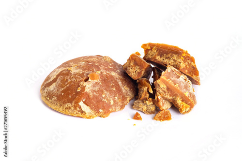 Fotomural Jaggery brown sugar on isolated white background
