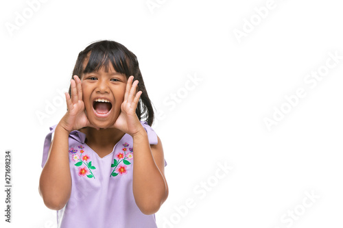Foto  Cute asian dark little girl making a funny emotion on face .