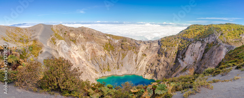 Foto Panoramic view to the Edge of Crater Irazu Volcano at Irazu Volcano National Par