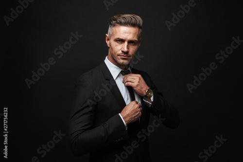 Photo Handsome confident businessman wearing suit