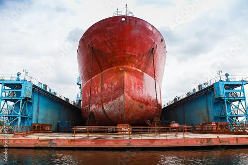 Cuadros en Lienzo Huge red tanker is in floating dock
