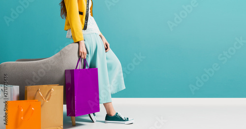obraz dibond Stylish woman carrying a lot of shopping bags