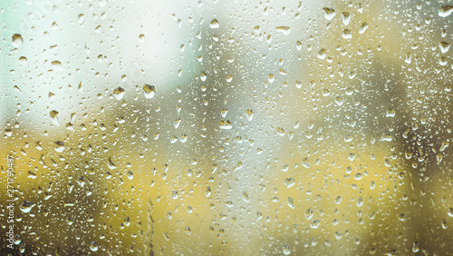 Foto rain drops on the window. rainy window in autumn. abstract view.
