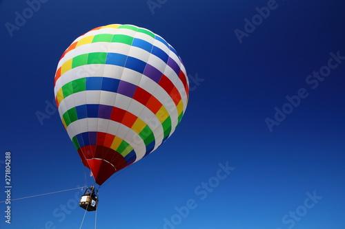 空に浮かぶ気球