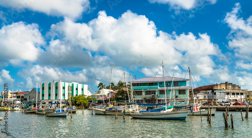 Foto Houses and yachts at Haulover Creek in Belize City