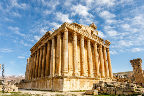 Spoed Fotobehang Bedehuis Ancient Roman temple of Bacchus with surrounding ruins and blue sky in the background, Bekaa Valley, Baalbek, Lebanon