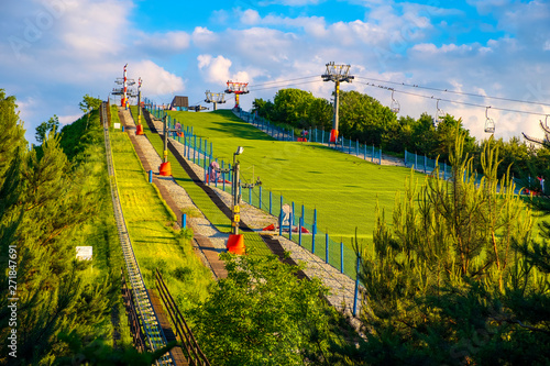 Fototapeta Warsaw, Poland - Panoramic view of the Szczesliwicka Hill - artificial hill serving as a ski slope - in Szczesliwicki Park - one of the largest public parks in Warsaw obraz