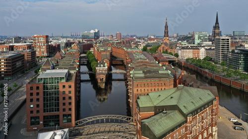 Foto auf Leinwand Toskana Hamburg Hafencity. Weltkulturerbe Speicherstadt mit Wasserschloss und Elbphilharmonie. Luftaufnahme