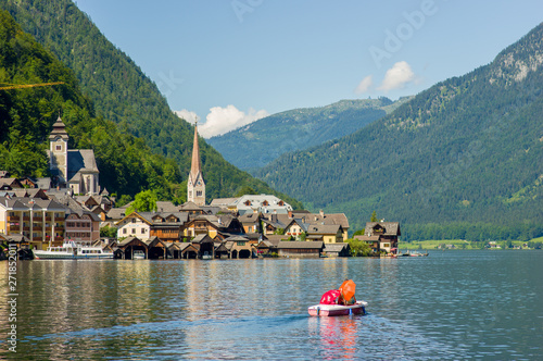 Photo  Picturesque view of Hallstatt village, situated on the bank of Hallstatter lake, High Alps mountains, Austria