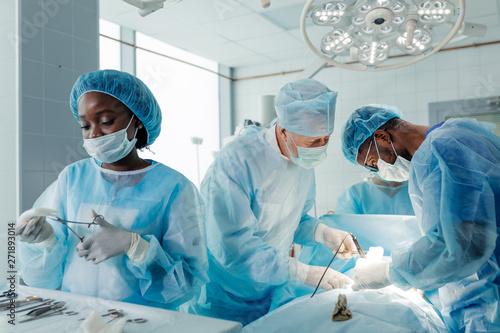 Fotografía  experienced doctors performing organ removal or transplant in the clinic