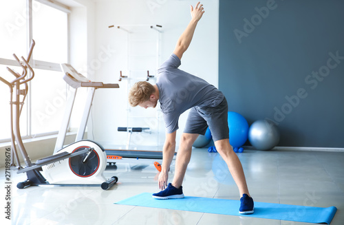 Pinturas sobre lienzo  Sporty young man training in gym