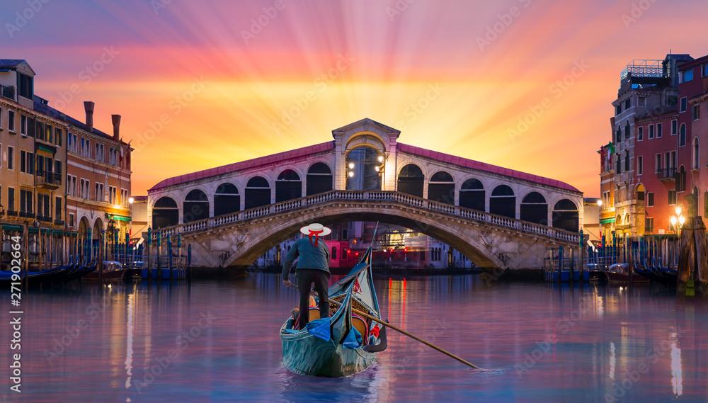 Fototapety, obrazy: Gondolier carries tourists on gondola near Rialto Bridge - Venice, Italy