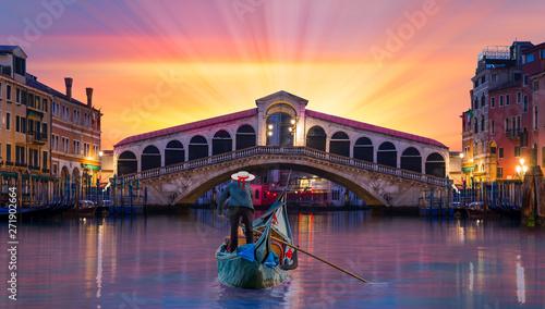 Poster Venice Gondolier carries tourists on gondola near Rialto Bridge - Venice, Italy