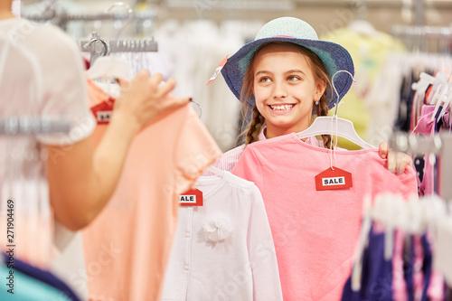Foto auf Leinwand Akt Girl buying fashion in boutique