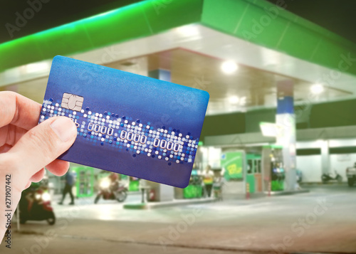 Fotografia Credit card to make a payment for refueling car on gas station