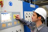 Industriearbeiter in einer modernen Fabrik - Bedienung, Steuerung und Kontrolle der Maschinen // Industrial worker in a modern factory - operation, control and monitoring of machines