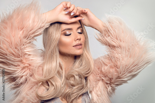 Photo  Beautiful young blond woman in pink fur caot