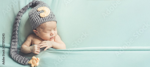 Fotomural Adorable newborn baby sleeping in cozy room