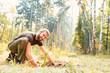 canvas print picture - Waldarbeiter beim Einpflanzen von Setzling