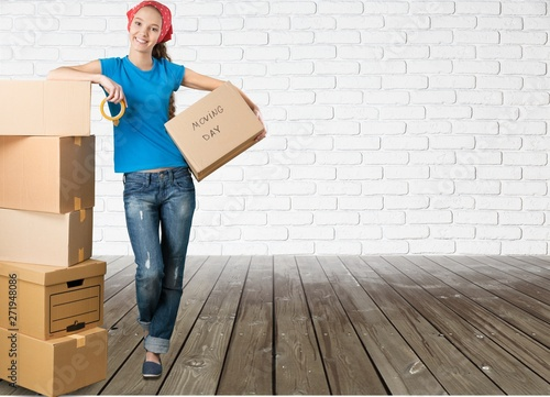 Photo sur Aluminium Akt Girl moving into new house with cardboard box