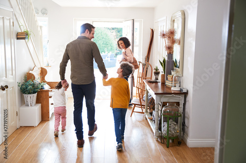 Fotografía  Rear View Of Family Leaving Home On Trip Out With Excited Children