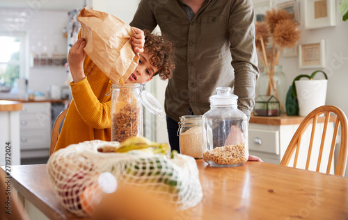 Photo  Father Helping Son To Refill Food Containers At Home Using Zero Waste Packaging