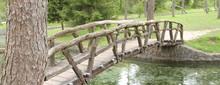 Krumme Holzbrücke