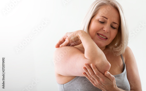 Photo Woman with pain in arm, elbow