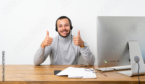 Fotografía  Telemarketer Colombian man with thumbs up gesture and smiling
