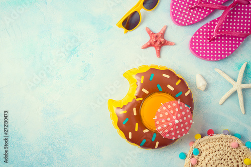 Poster Londres Summer holiday vacation background with orange juice and beach accessories.