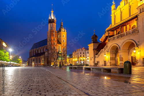 Poster Cracovie Krakow. Market square in the night lights at sunrise.