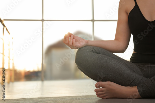 Poster Ecole de Yoga Woman practicing yoga on floor against window, closeup. Space for text