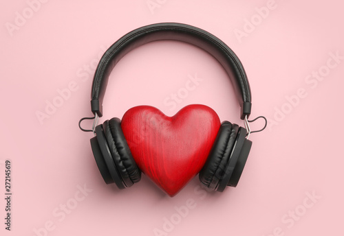 Decorative heart and modern headphones on color background, flat lay Fototapet